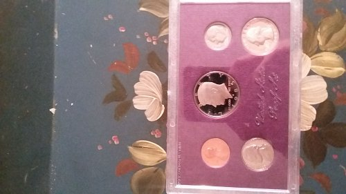 1985 United States uncirculated mint condition proof coin set.